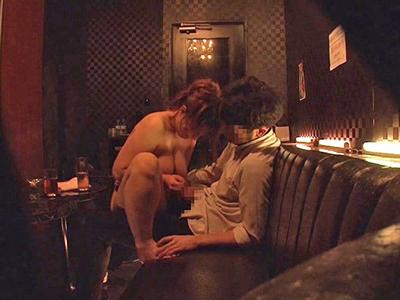 媚薬を飲ませたおっパブ嬢がガマンできずに客と営業中パコ