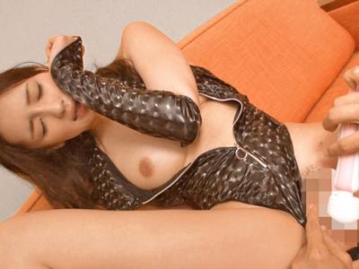 開放的に青姦やコスハメを楽しむスレンダー美少女