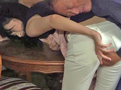 オナニーを目撃されたのをきっかけに従業員の性処理に使われる社長夫人