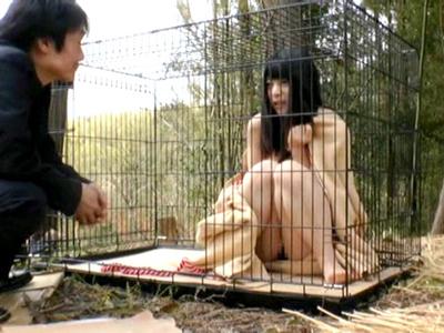 全裸でケージに飼われ犬のように扱われる美少女