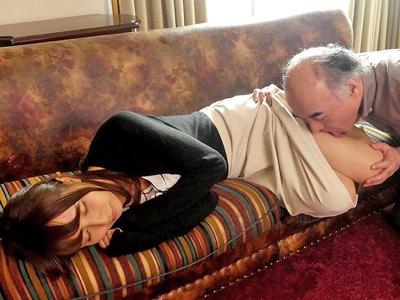 寝ているときも舐め回してくるハゲ義父と近親パコ