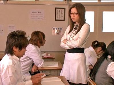 生徒に泣きながらレイプされる美人数学教師