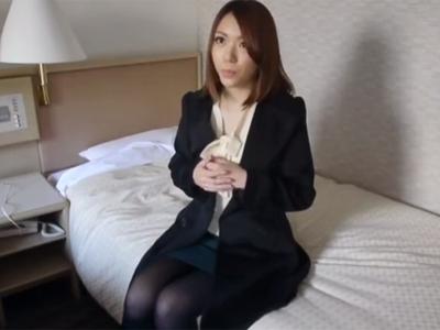 夫との性交渉に満足行っていない素人妻がナンパ男に捕まって中出しハメ