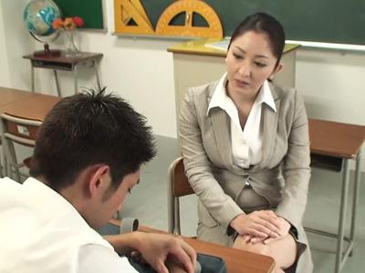偉そうに上から注意してくる熟女教師に逆上してレイプハメ中出し