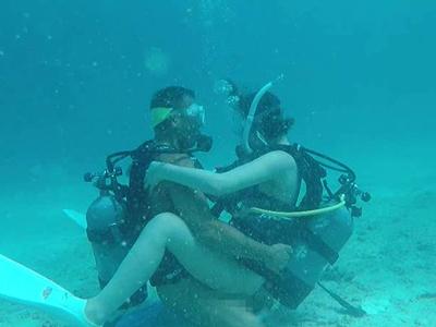 無重力状態で水中セックス&船上で開放セックス