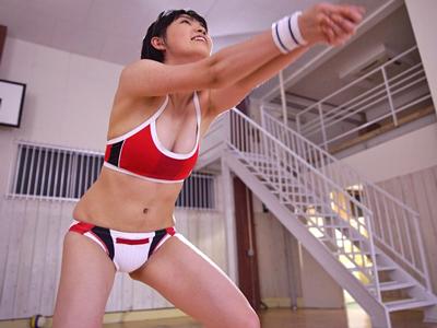 日本一可愛いアタッカーと話題のビーチバレー選手がコートで汗だくパコ