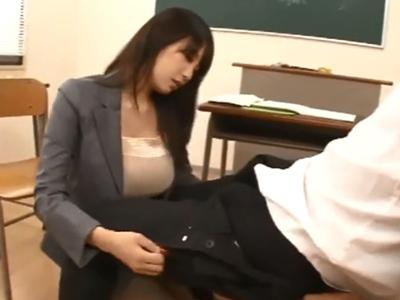 教室で生徒チンポにフェラ抜き仕掛ける痴女教師w