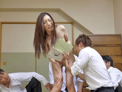 夫の教え子に勉強を教えていたら生徒が豹変!レイプされた人妻教師