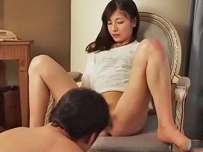 不倫相手にオナニー見せつけ→浮気セックス楽しむビッチ妻