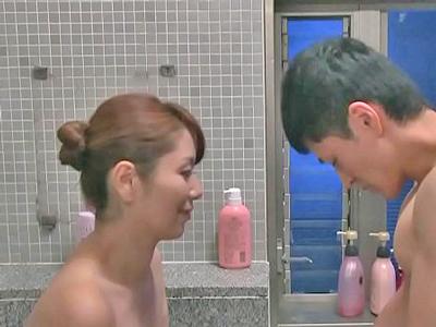 甥っ子の風呂に乱入して誘惑する叔母