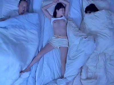 寝相が悪すぎて美乳がはだけている義理の娘と近親SEX