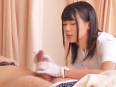天使のようなナースが患者のチンポを優しく手コキ抜き!