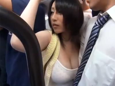 満員バスの中でもみくちゃにされて満更でもない爆乳お嬢さんと痴漢パコ