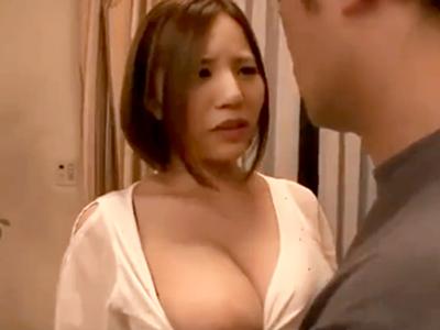 旦那が会社へ行ってる間に若い男を呼び寄せて不貞ファックに励んでいる巨乳美人妻