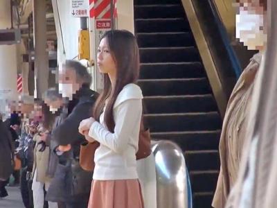 電車でパンストを引き裂かれて中出しされる美女
