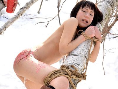 ロリ美少女が雪山で全裸にされてアナル調教され白目イキ