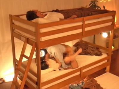 恋人が上で寝ているベッドの下段で浮気する女の子