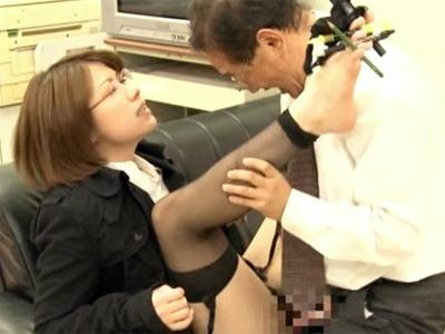 タイトミニから伸びるパンスト美脚に性欲をそそられた上司に犯される美人OL