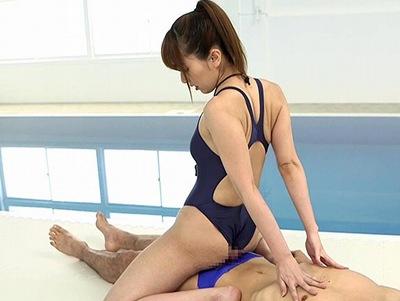 「乳首に当たってる…」競泳水着を着たモデルルックスの美女とプールサイトで反響SEX