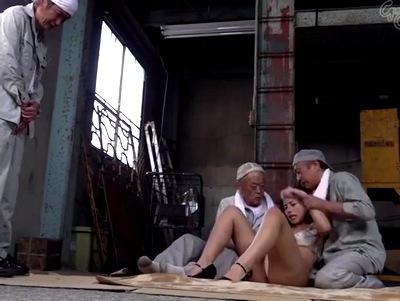 「助けなさいよちょっと!」未亡人になった社長夫人が雇用労働者たちのストレイプを受け肉奴隷に