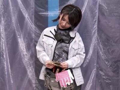 現場で働くミニマム素人さんがどんどん積まれる謝礼になし崩しAV出演!