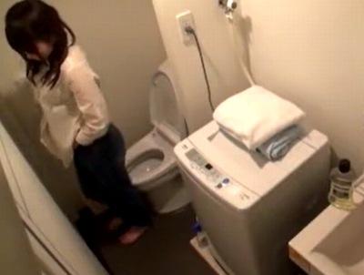 トイレまで完全盗撮!完全に死角がないハメ撮り部屋で大開脚パコw