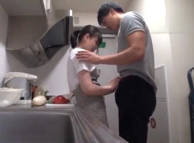 「ヤメてよ♡恥ずかしいよ♡」ホームビデオ風に若妻とのイチャコラパコを撮りながらキッチンフェラチオ