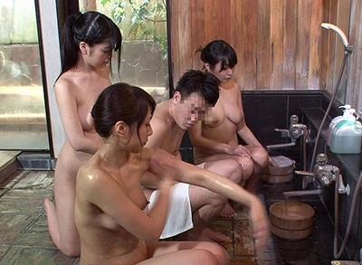 まさか自分が母・姉・妹の体で勃起するなんて…家族旅行の混浴でハーレム乱交