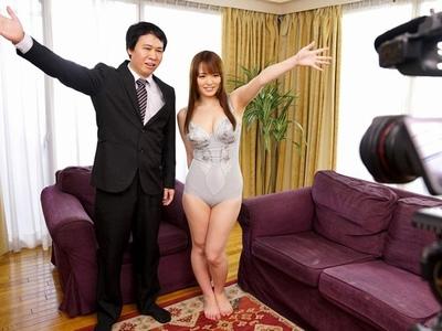 夫のために通販番組で下着モデルになった妻→最初は良心からだったのに男たちにデカパイを狙われて…