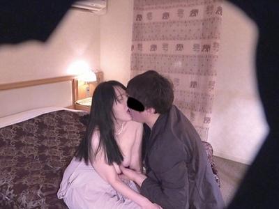 「息子が…イタズラというか…」近親相姦に悩む素人妻が盗撮されながら日常風景の痴態を晒す!