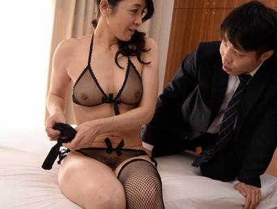 「こんなので…興奮するの?」透け透け下着で男を誘惑する現役バリバリな美熟女