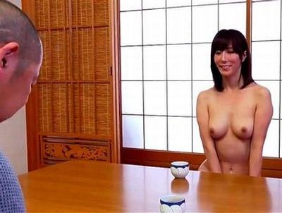 いつも家では裸で過ごしている奥様→日常の実態を密着取材しながら膣の中までバッチリ撮影!