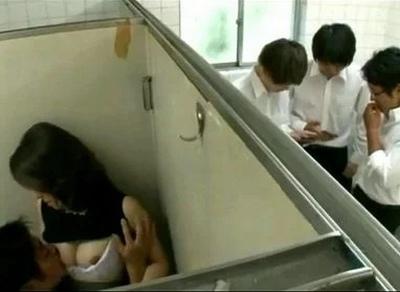男子生徒の言いなりになってハメ倒される美人教師→その行為はトイレ・職員室でも!?