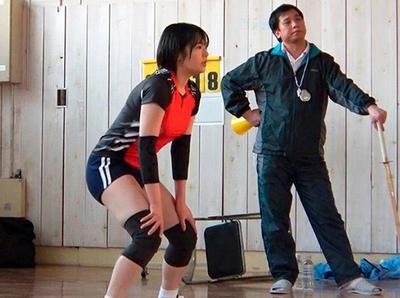 練習場では厳しい監督と選手。家に帰ったら親子の愛情を超えた肉体関係!