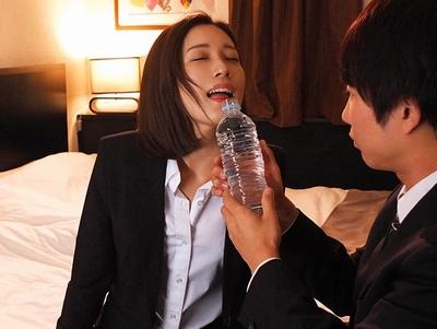 「んんんっ…死ぬほど気持ちぃ」いつもはしっかりした女上司が泥酔→ホテルで6連発する相部屋性交