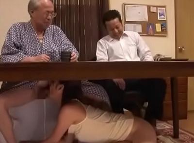 旦那いる!隣にいるから!こんな状況でも義父チンポを求めるド淫乱妻w