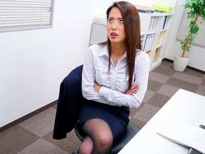 「もう…げほっもぉヤメて…」いつもは生意気で傲慢な女上司を逆さイラマで成敗!