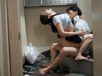 「ぁああ!だめぇ!」夫に内緒でゴミ出しの度にたっぷり中出しされることを期待する淫乱妻