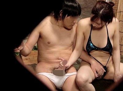 寝取られ願望のある夫が仕掛け人→妻にハレンチ水着を着させて混浴放置した結果w