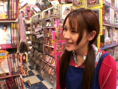 AVショップの店員が女優!ユーザーの人気を獲得するために外回りのガチ営業w
