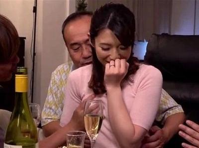 夫の同僚を呼んでホームパーティーを開いた美人奥様→夫が目を離した隙に次々と寝取られてw