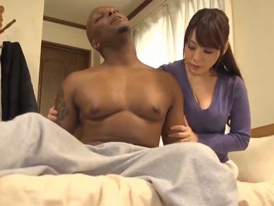 「そんな…ウソ」ズボンから飛び出ちゃうサイズの黒人チンポに堕ちた人妻w