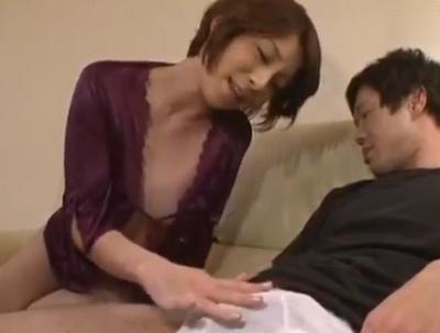 息子が寝ているうちに「息子の息子」に手を出しちゃうトンデモ母親w