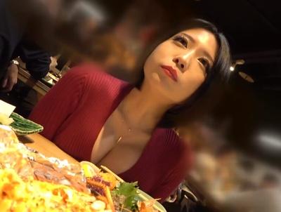 飯食ってる最中も胸の谷間ばかりが気になるえちえちレンタル彼女とラブホハメ撮り